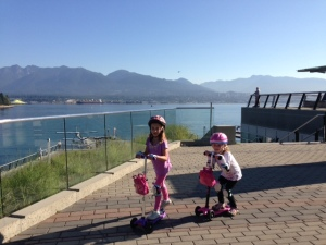 Vancouver: sunshine, sea, mountains... and girls on scooters!